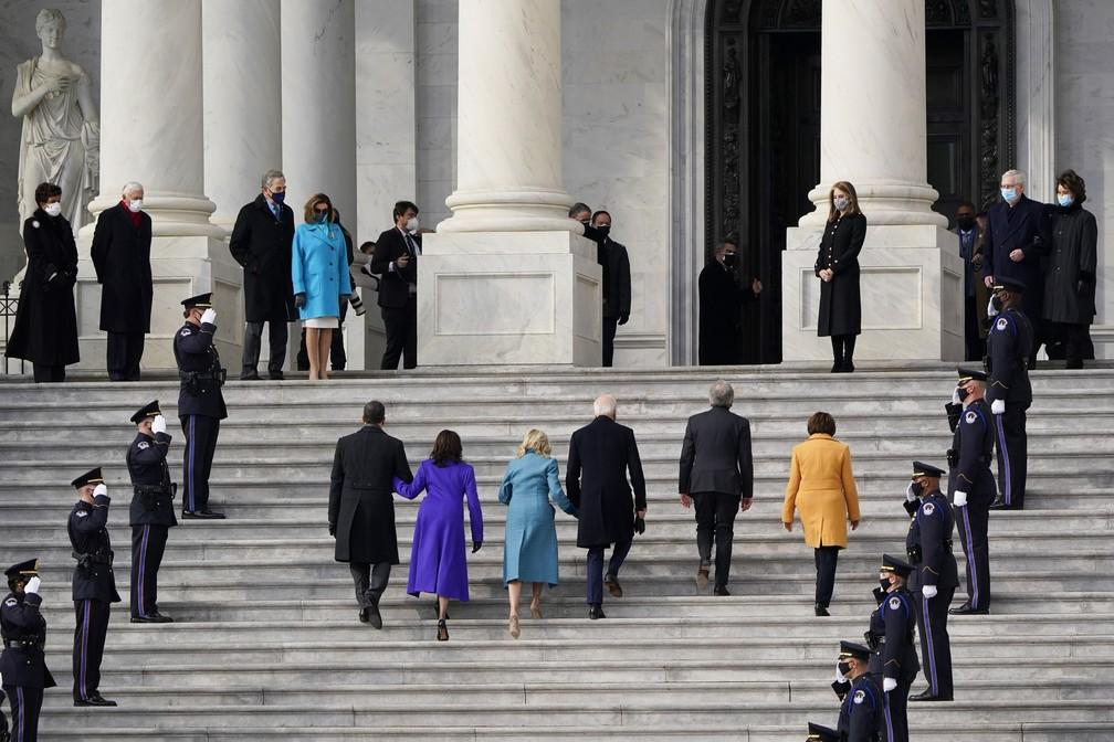 O presidente eleito Joe Biden, sua esposa Jill Biden e a vice-presidente eleita Kamala Harris e seu marido Doug Emhoff chegam às escadas do Capitólio dos Estados Unidos para o início das cerimônias oficiais de posse em Washington nesta quarta-feira (20) — Foto: J. Scott Applewhite/AP
