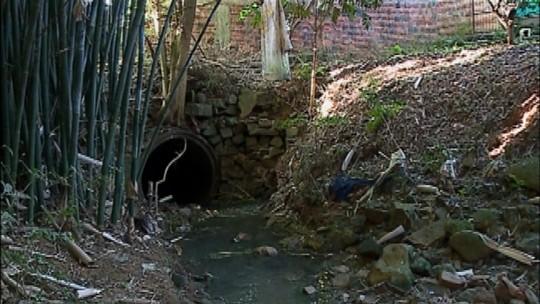 Problemas na canalização de um riacho traz transtornos para moradores