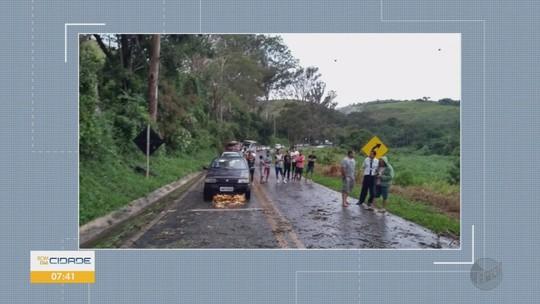 Forte chuva destelha casa, alaga bairro e derruba árvore em cidades do Sul de Minas
