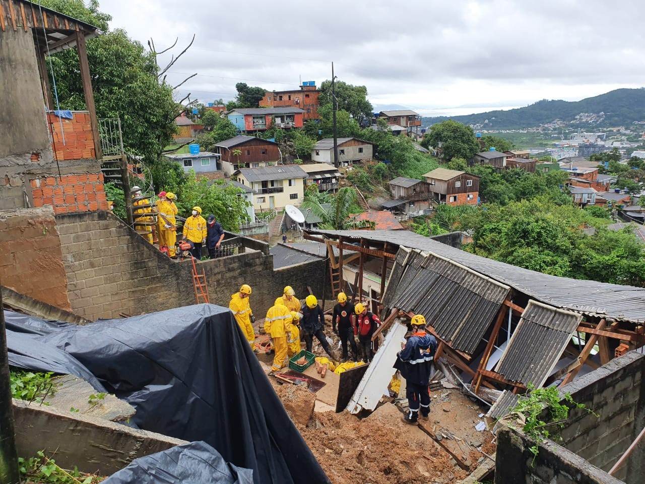 Mãe e filha que morreram após deslizamento em Florianópolis são identificadas