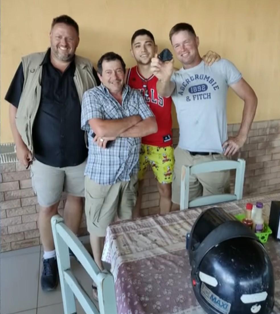 'Caçadores' dos EUA comemoram compra de pedra das mãos de morador de Santa Filomena — Foto: Reprodução / Fantástico
