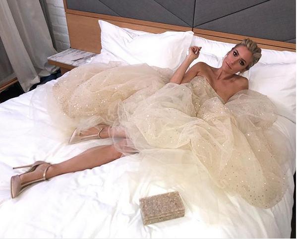 """Kristin Cavallari, da série """"Laguna Beach"""", postou foto de seu look antes de sair do hotel em direção ao red carpet: vestido Pamella Roland, joias H.Stern e clutch Edie Parker (Foto: Instagram/Reprodução)"""