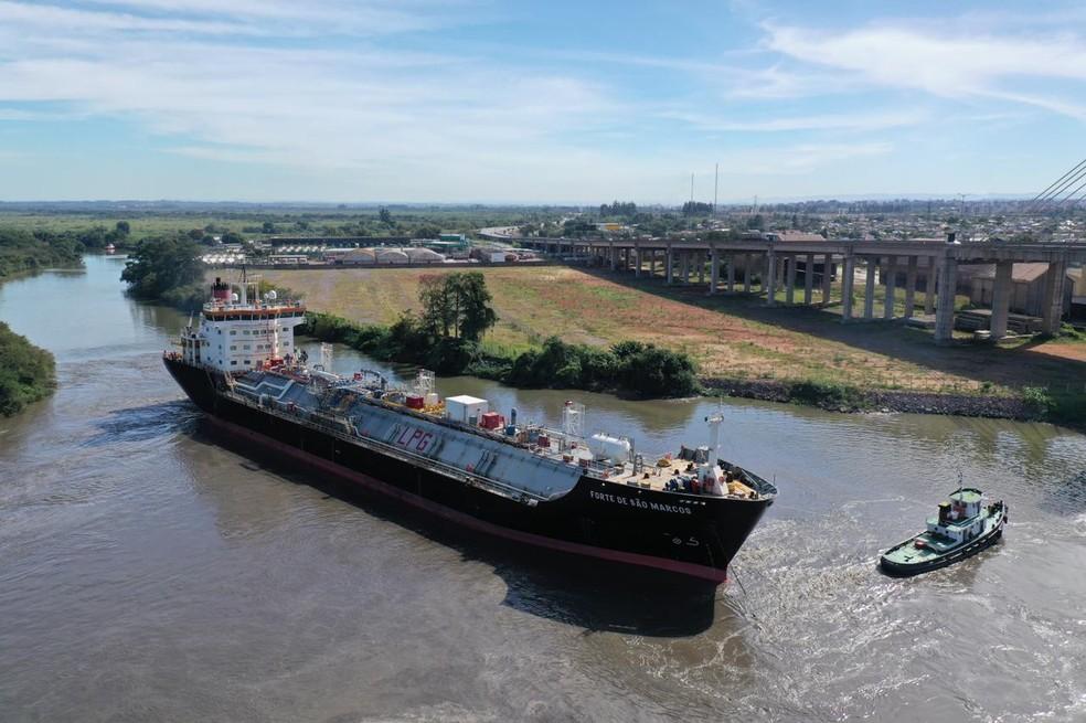 O primeiro navio saiu da Argentina e chegou ao Brasil nesta quinta-feira (8) — Foto: Cláudio Veríssimo