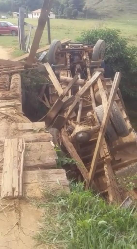 Ponte de madeira quebra e caminhão cai em córrego na zona rural de Imbé de Minas