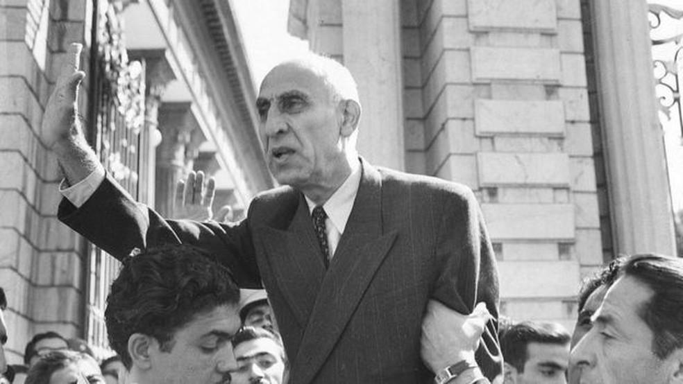 primeiro-ministro Mohammad Mossadeq foi o primeiro governante eleito democraticamente no Irã, mas acabou derrubado num golpe de Estado arquitetado pelos EUA e o Reino Unido — Foto: Getty Images via Reuters