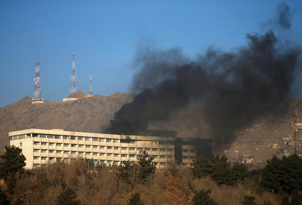 Fumaça é vista saindo do Hotel Intercontinental de Cabul durante ataque na capital afegã (Foto: Mohammad Ismail/Reuters)
