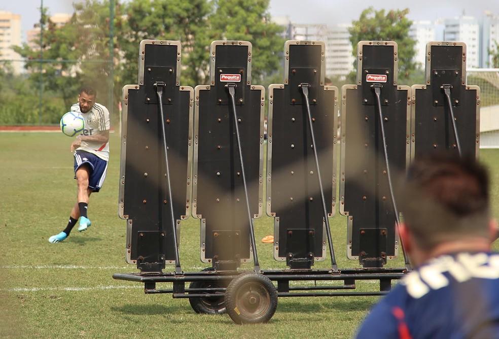 Daniel Alves bate faltas em treino do São Paulo — Foto:  Rubens Chiri / saopaulofc.net