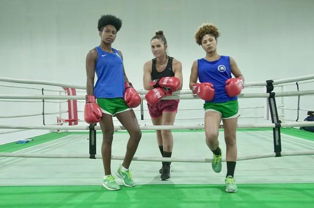 Juliana Sana com as atletas  (Foto: Thais Taverna)