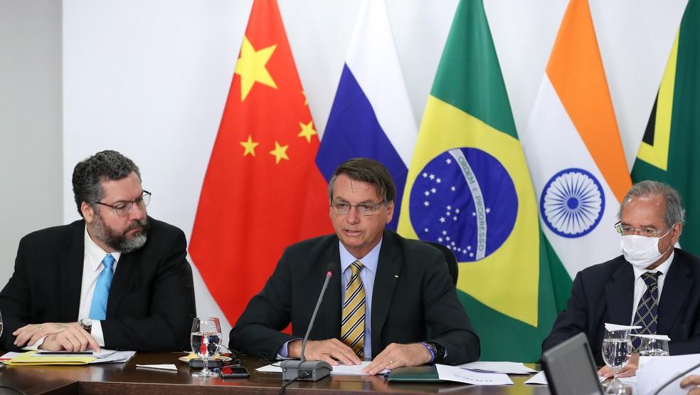 O presidente Jair Bolsonaro e os ministros Ernesto Araújo (Relações Exteriores/à esq.) e Paulo Guedes (Economia/à dir.) na Cúpula do Brics  — Foto: Marcos Corrêa/Presidência da República