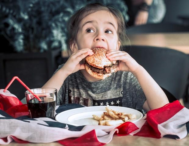 Oferecer comida para consolar a criança pode ser prejudicial a ela, revela estudo (Foto: Thinkstock)