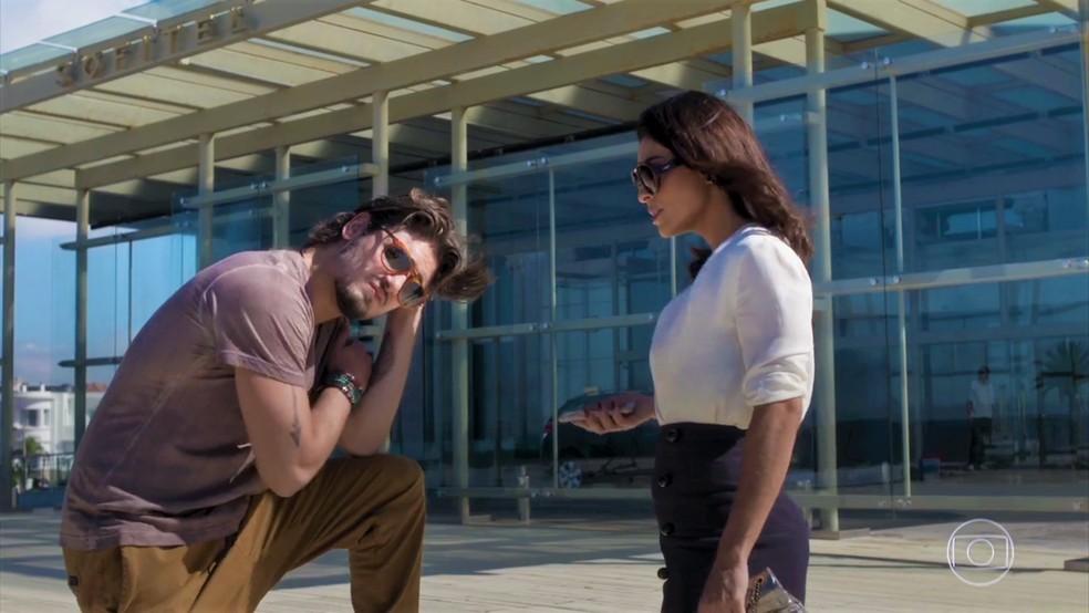 No Uruguai, Rafael (Daniel Rocha) topa participar do plano de Carol (Juliana Paes) — Foto: TV Globo