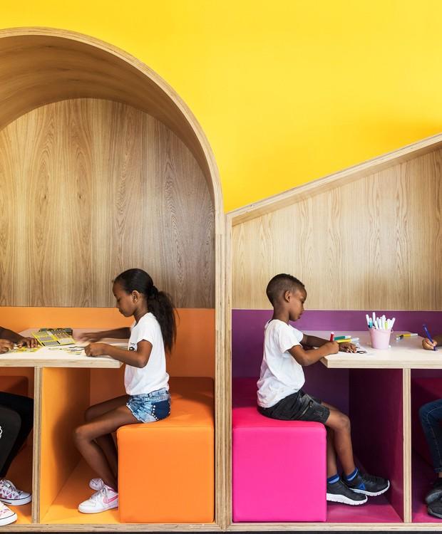 Além de aflorar em sentimentos de pertencimento, as casinhas de carvalho oferecem privacidade aos pequenos, que, nem sempre, têm espaços próprios em suas casas (Foto:  Itay Benit/ Dezeen/ Reprodução)