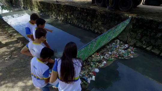 Estudantes criam barreira para facilitar limpeza de canais usando garrafas pet