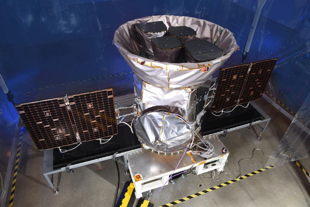 Os últimos ajustes antes de TESS ser colocada dentro de foguete Falcon 9 da SpaceX (Foto: NASA)