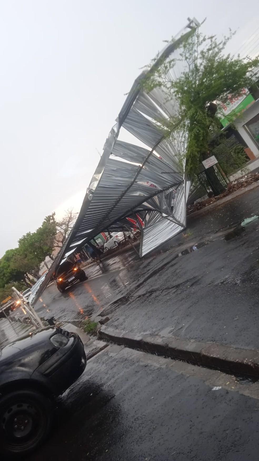 Telhado de loja 'voa' cai em passeio da avenida; carro é atingido — Foto: Reprodução