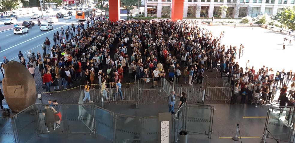Público aguarda na fila para prestigiar exposição de Tarsila do Amaral no Masp — Foto: Bárbara Muniz Vieira/G1