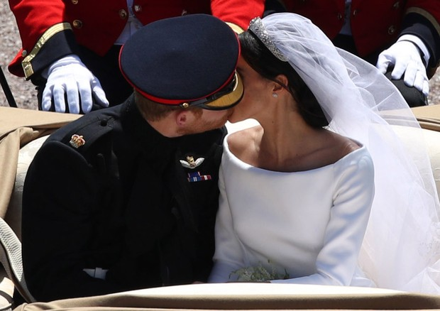 Eles repetiram o beijo durante o passeio de carruagem (Foto: Getty Images)