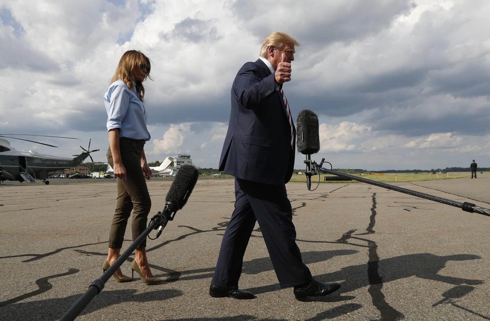 O presidente americano, Donald Trump, e a esposa, Melania, andam em direção à imprensa antes de o presidente falar neste domingo (4), em Morristown, Nova Jérsei. — Foto: Jacquelyn Martin/AP