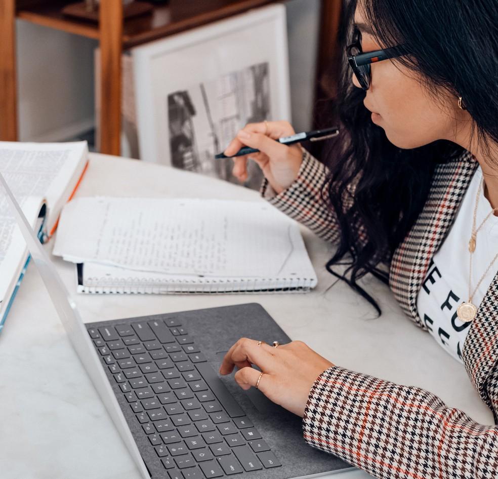 Candidatos ao Enem 2020 devem se preparar para a prova em meio à suspensão das aulas presenciais. — Foto: Surface / Unsplash