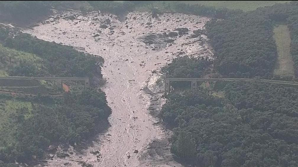 Ponte foi arrastada pela correnteza de lama que vazou de mina da Vale em Brumadinho (MG) — Foto: Reprodução/TV Globo