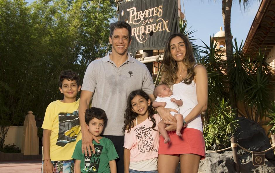 Marcio Garcia e a mulher, a nutricionista Andréa Santa Rosa, com os filhos Pedro, Nina, Felipe e João (Foto: Divulgação)