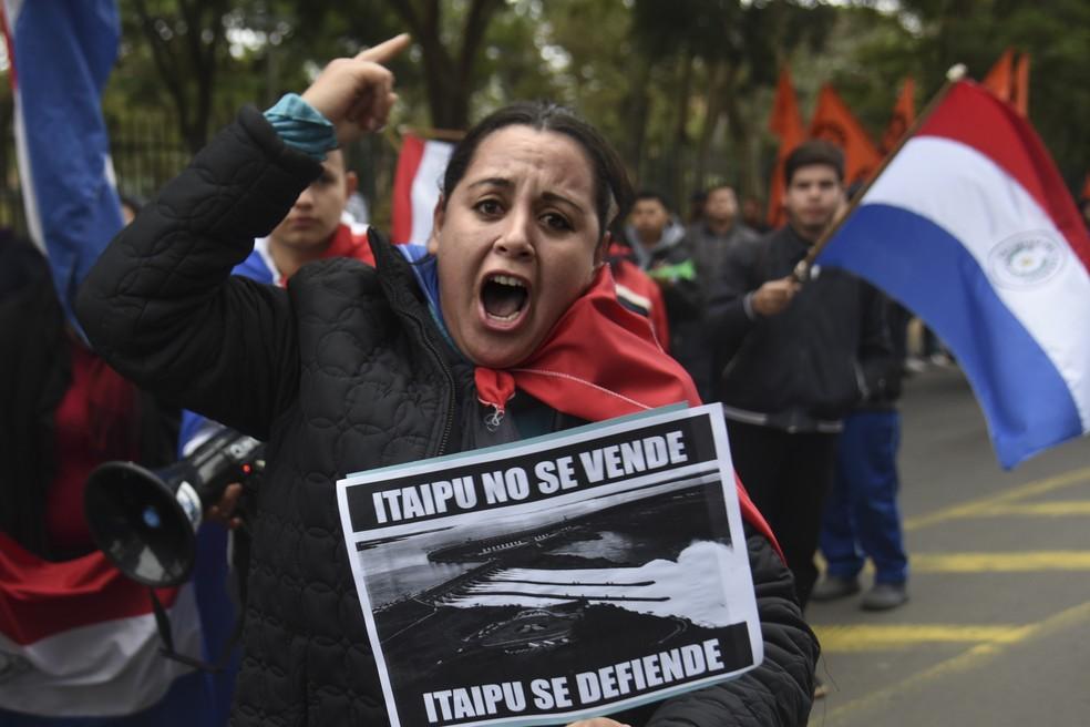 Mulher participa de protesto no sábado (27) em Asunción, capital do Paraguai, contra o presidente do país, Mario Abdo Benítez, por causa da assinatura da ata. — Foto: Norberto Duarte/AFP