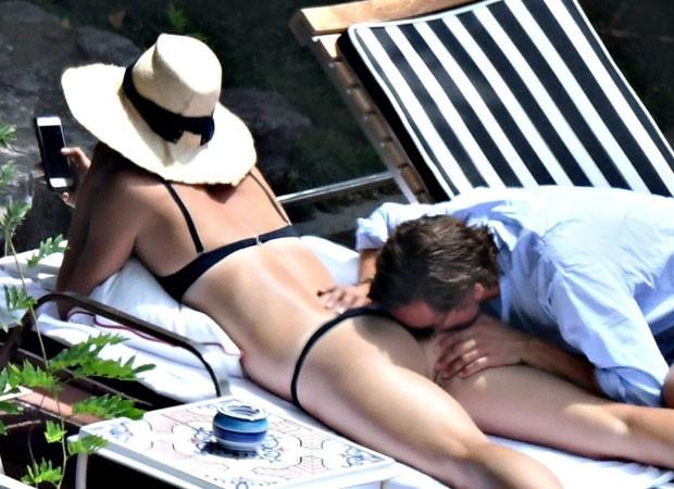 Maria Sharapova ganha mordida indiscreta de Alexander Gilkes (Foto: Backgrid)