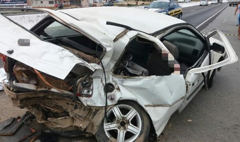 Carro após bater em caminhonete na BR-104 — Foto: Polícia Rodoviária Federal/Divulgação
