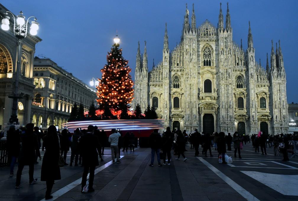Árvore de Natal em frente ao Duomo, em Milão, na Itália, nesta sexta-feira (18) — Foto: Flavio Lo Scalzo/Reuters