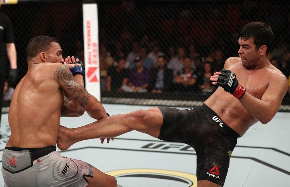 Lyoto Machida acerta um chute em Eryk Anders, na luta entre os dois pelo UFC Belém (Foto: Buda Mendes/Getty Images)