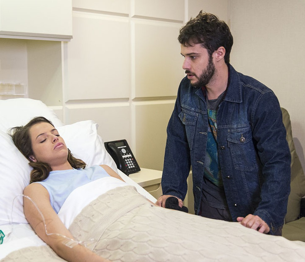 Giovanni (Jayme Matarazzo) visita Camila (Agatha Moreira) em coma no hospital - 'Haja Coração' - Tv Globo — Foto: Ellen Soares/Gshow
