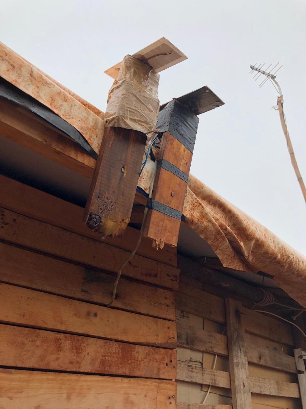 Placas fotovoltaica responsável por carregar baterias e gerar energia em barracos, em MS. — Foto: Diego Pavei