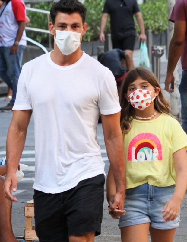 Cauã Reymond e a filha, Sofia, de 9 anos (Foto: Rodrigo Adão/AgNews)