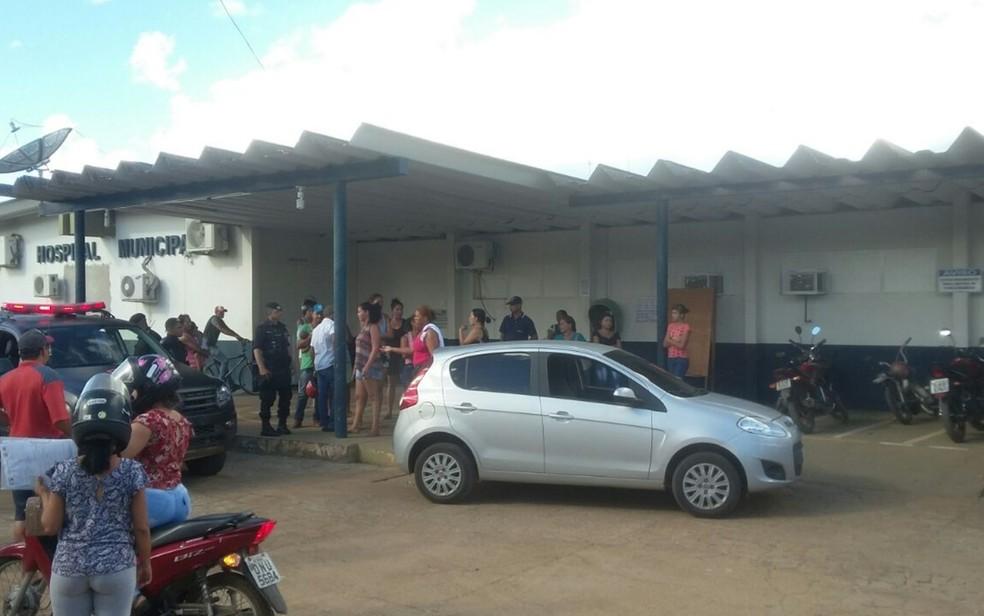 Fachada do Hospital Municipal de Minaçu, para onde menina de 3 anos foi levada após levar golpe de foice na cabeça (Foto: Reprodução/TV Anhanguera)