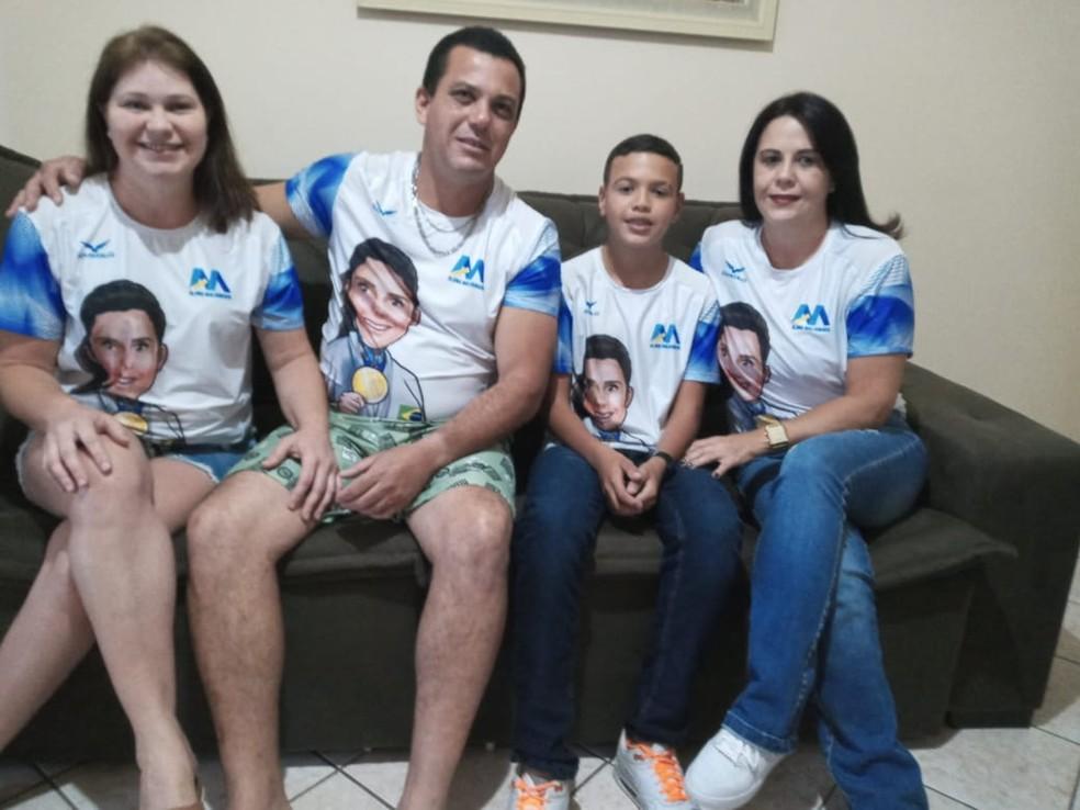 Mãe e irmão de Alana Maldonado (a partir da dir.), junto a familiares reunidos em Tupã para assistir à final paralímpica  — Foto: Arquivo pessoal