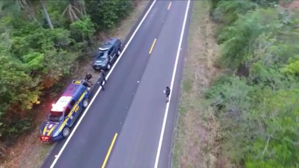 -  Drone da PRF registra momento da prisão de suspeito de conduzir carro roubado que seria levado para o Paraguai  Foto: PRF/Divulgação