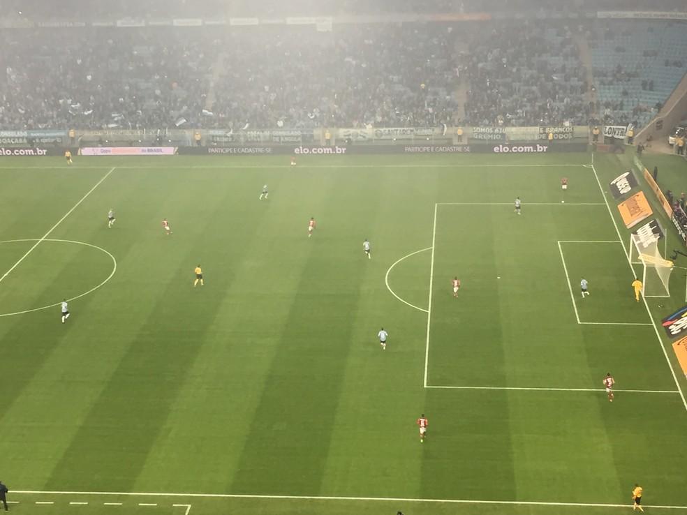 O Grêmio adiantou a marcação no início da partida e dificultou a saída do Flamengo (Foto: Raphael Zarko)