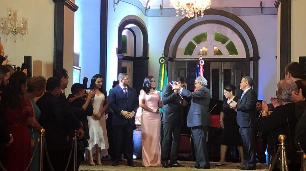 Wilson Lima recebe faixa de governador de Amazonino Mendes — Foto: Priscila Gama/Rede Amazônica