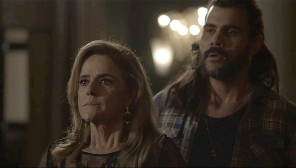 Sophia armou tudo para Lívia flagrar ela beijando Mariano (Foto: TV Globo)