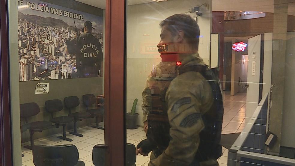 Policiais fecham delegacia na Região Centro-Sul de BH, após Wellington Magalhães se entregar  (Foto: Reprodução/TV Globo)