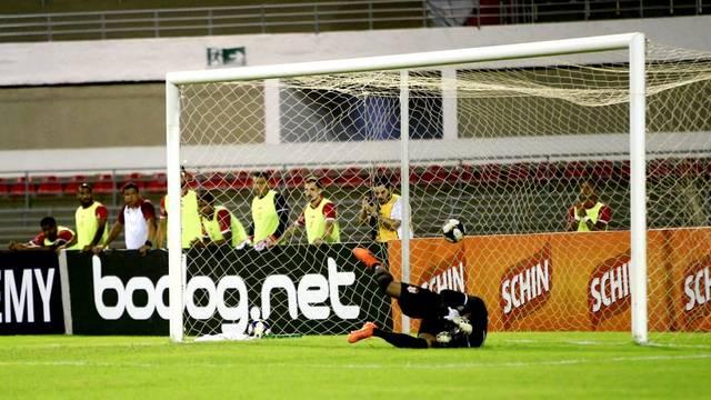 Gol de Ronaldo Alves: goleiro de um lado, bola do outro