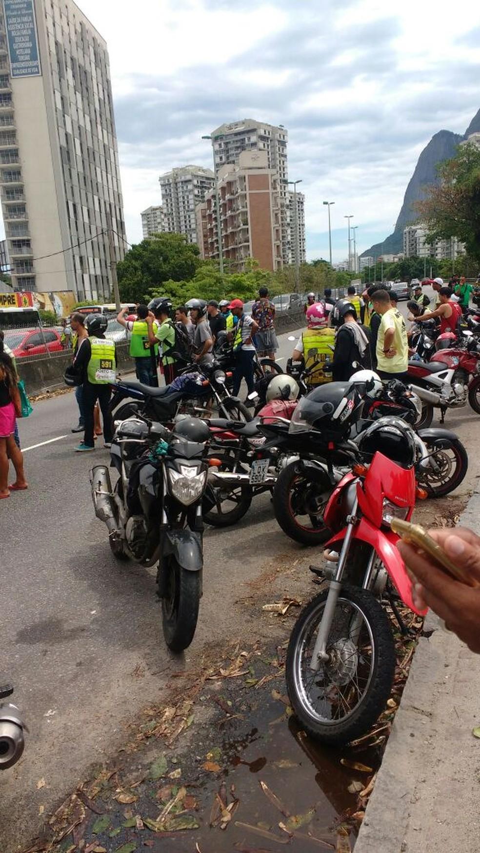 Mototaxistas fizeram protesto na Autoestrada Lagoa-Barra no sábado (28) (Foto: Reprodução)