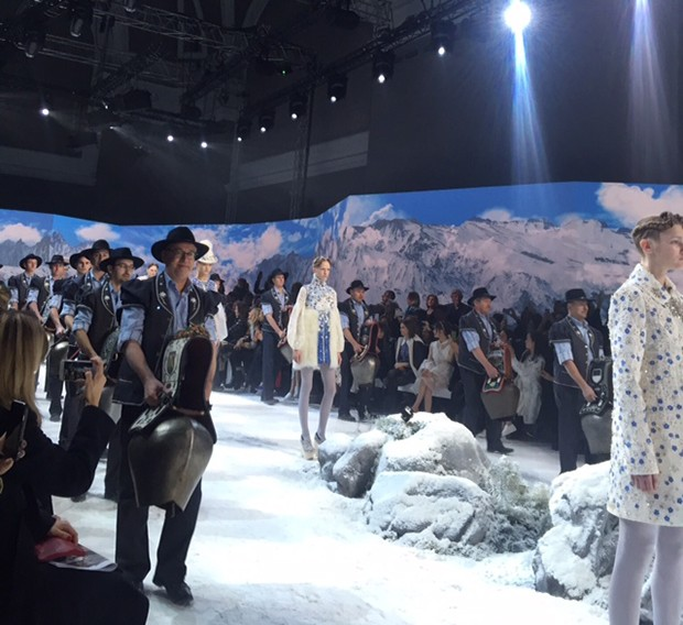Swiss Alpine musicians playing giant cowbells accompanied the models on the catwalk at the Moncler Gamme Rouge A/W 2016-17 show (Foto: @SuzyMenkesVogue)