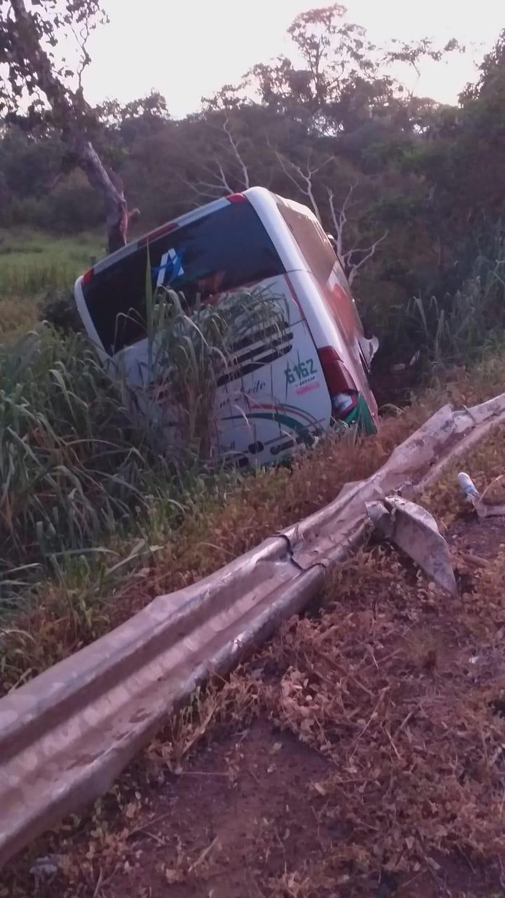 Após colidir com o carro ônibus caiu em uma ribanceira, na BR-262, em Miranda — Foto: Polícia Civil/Divulgação