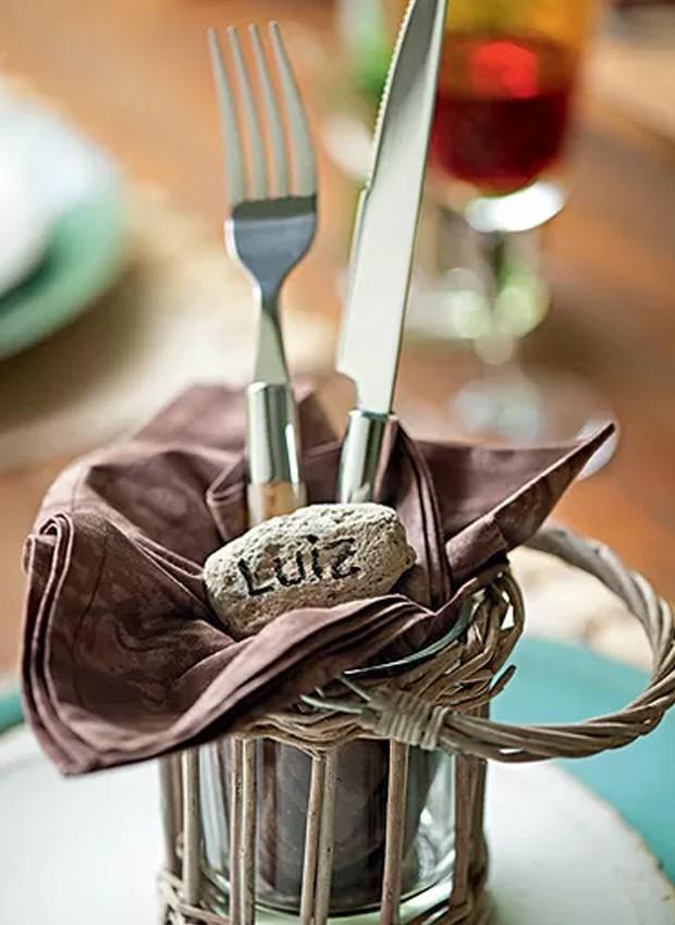 Luminárias de vime e vidro acomodam talheres. O nome do convidado vai numa pedra. Produção Luana Prade (Foto: Iara Venanzi/Casa e Comida)