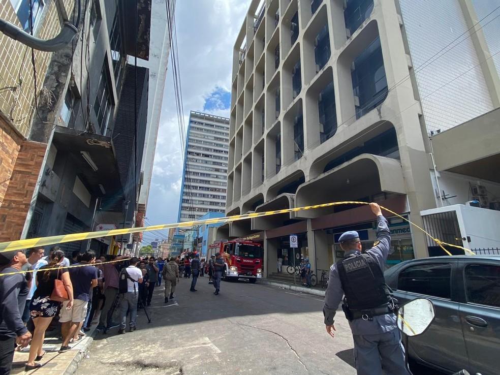 Bombeiros são acionados para incêndio no edifício Rio Negro Center em Manaus — Foto: Carolina Diniz/G1 AM