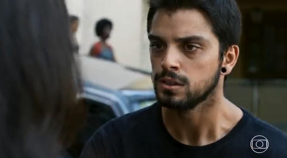 Bruno (Rodrigo Simas) tenta beijar Laila em 'Órfãos da Terra' — Foto: TV GLOBO