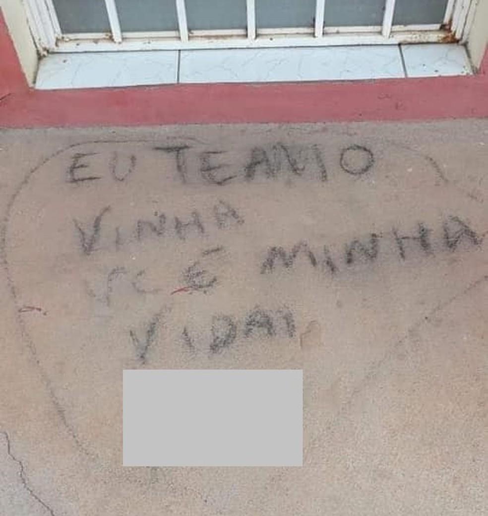 Ex namorada de autônomo deixa mensagem para ele na porta de sua casa após atear fogo em seu carro em Rorainópolis, sul de Roraima — Foto: Divulgação