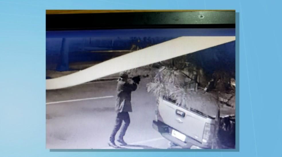 Imagens de câmeras de segurança mostram que bandidos que roubaram as duas agências bancárias em Chapadão do Sul estavam armados com fuzis e chegaram a trocar tiros com a polícia — Foto: Reprodução/TV Morena
