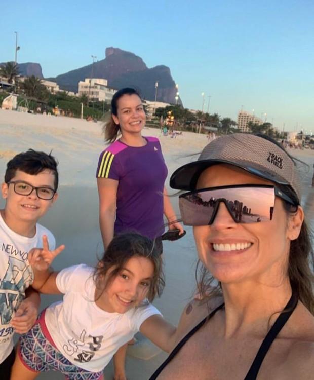 Flavia Alessandra curte pôr do sol na praia junto à filha Olívia (Foto: Instagram/ Reprodução)